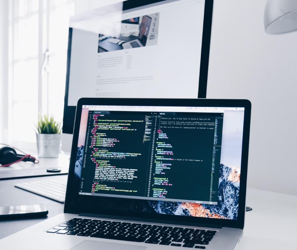 HTMLとCSSのコーディングしている風景